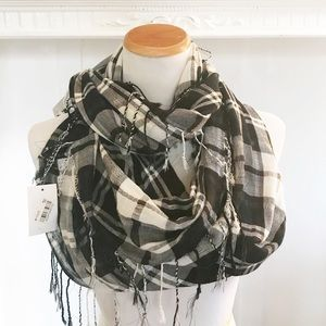 NWT D&Y Black and White Infinity Scarf